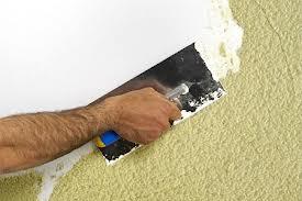 ¿Cómo arreglo las paredes y techos agrietados y desconchados?